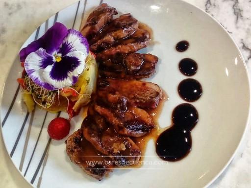 Magret de pato en salsa de frutos rojos