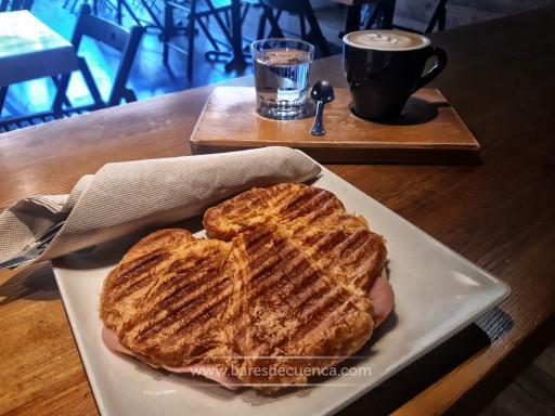 Croissant a la plancha de Jamón queso y orégano | Moka