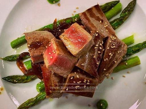 Atún rojo con cebolla caramelizada, espárragos confitados y unas perlas de wasabi | La Casita de Cabrejas